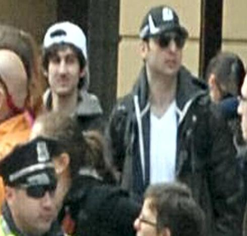 MT @BuzzFeedNews: New FBI photo of Boston Marathon explosions suspects together in same shot fbi.gov/news/updates-o… pic.twitter.com/AiWmoR9szR