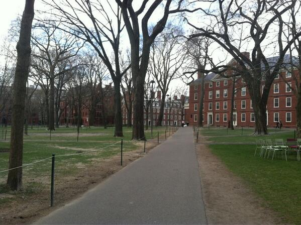 Yard almost completely empty as #Harvard closes. More @thecrimson http://pic.twitter.com/vaNMzQVLhc