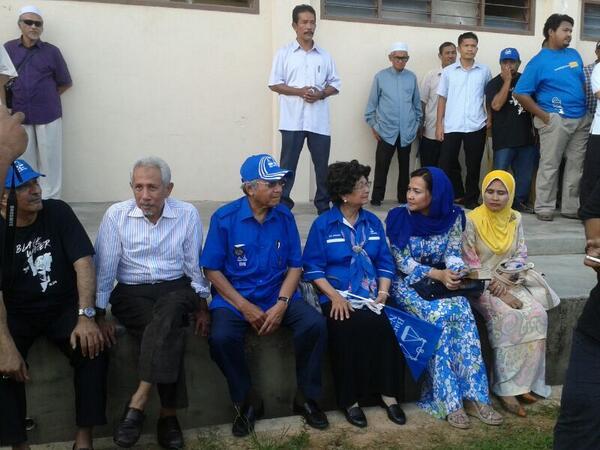 Kasih Sayang Tun M & Tun Siti Hasmah beri sokongan pd #GE13calon @MukhrizMahathir #GE13 #PRU13 #BetterNation pic.twitter.com/NWJSORfbPV