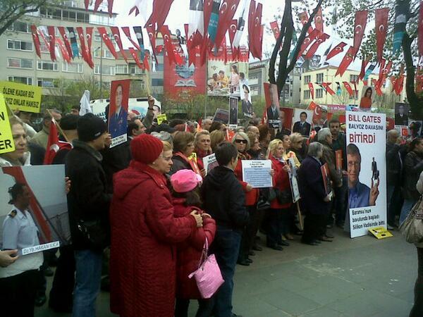 #SessizCiglik bugun yine Besiktastayiz , adalet istiyoruz! Hukuk istiyoruz! #balyoz esareti son bulsun istiyoruz! pic.twitter.com/z6sPYqF36N