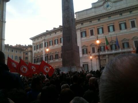 Impresionante el mogollón de gente que se está manifestando ante el Parlamento contra la reelección de Napolitano http://pic.twitter.com/x2ORgv7vDm