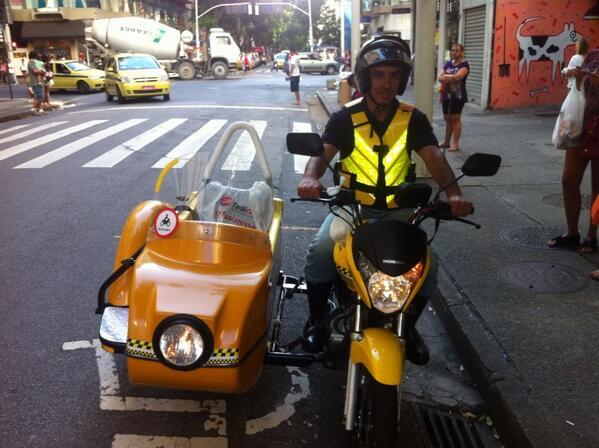 Acabo de conhecer o 1º e único (até agora)  mototáxi com sidecar do #rio. Ideia e trab do Gustavo (foto). cc @rosana http://t.co/zScGcQcUzb