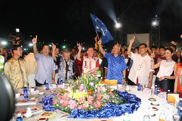 Great support at Westport dinner last night, it was huge. Chinese education is a key priority for us. #BNBaru #GE13 pic.twitter.com/3DnQwNQIca