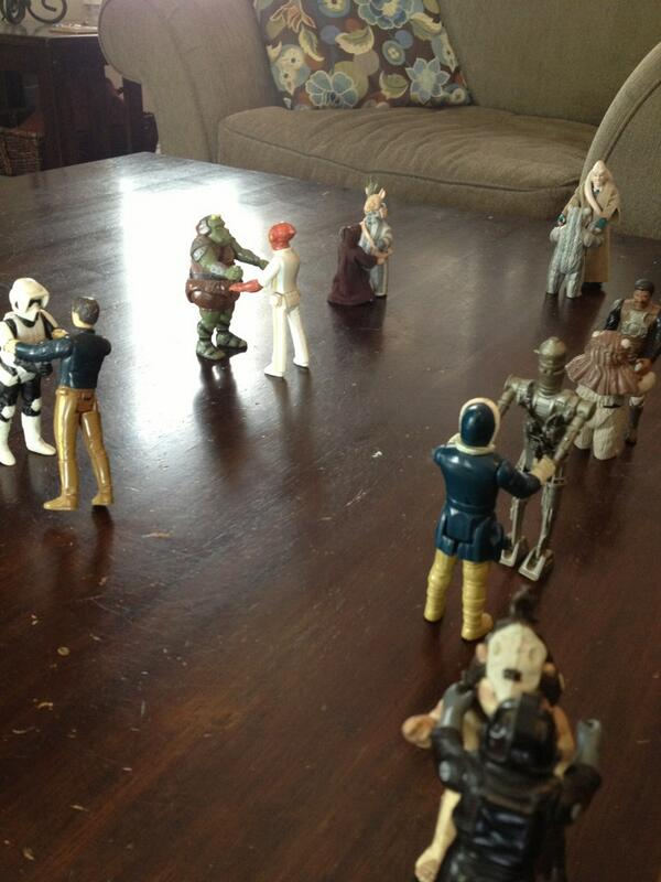 So...introduced daughters to my original Star Wars figures. 5 min later, I find this. Yes; that's dancing. #sob pic.twitter.com/zgFW0gOpyS