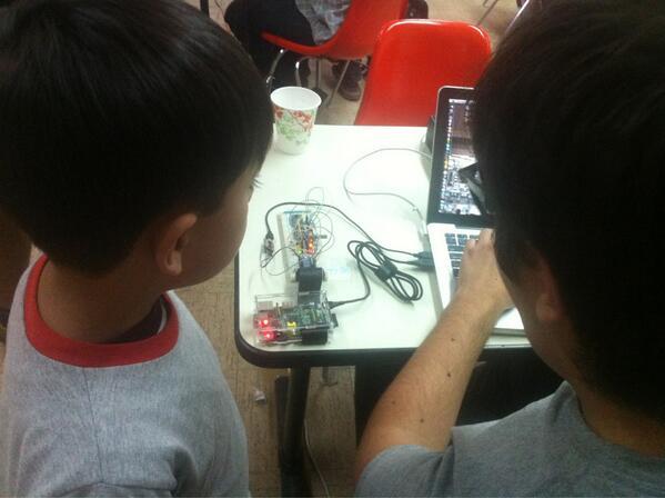 Más proyectos en #spaceapps #spaceappsmx: el ardusat de @manuelrabade, aquí en demo con el más joven del hackatón. pic.twitter.com/MOBgR8w4Rt