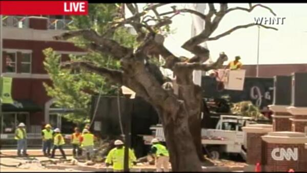 Can't poison tradition. CNN is airing removal of #Auburn oaks at Toomer's Corner live online: pic.twitter.com/mVhcQ1Yd8w