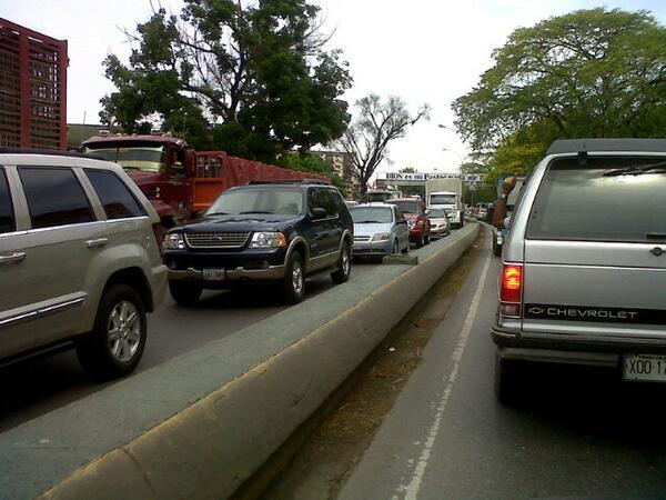 Via  @vicenteaguilarc: @victoria1039fm Cola de 4 Km en ambos sentidos Cagua - La Encrucijada pic.twitter.com/5kgk71p3F4