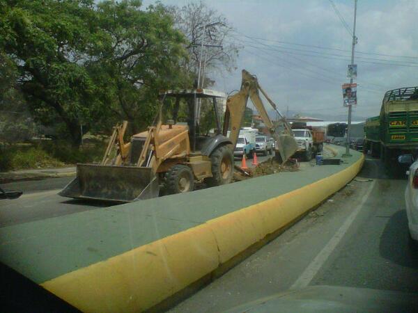 RT @CentenoKarina: Fuerte cola Carretera Nacional por trabajos en la via en entrada de Cagua ambos sentidos pic.twitter.com/UEL7zduhpT