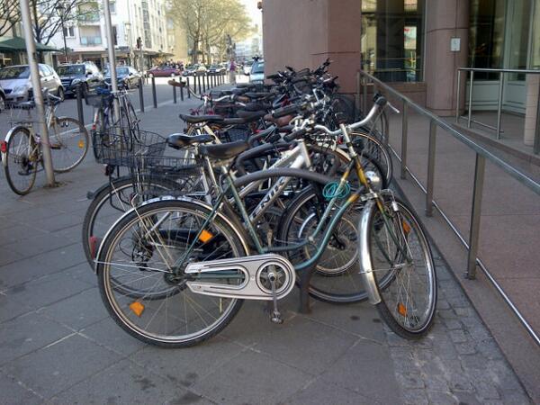 Die Fahrradparkplätze vor dem @MMKFrankfurt sind schon alle belegt ... Gleich geht's los #kultup pic.twitter.com/zwiZAlooj0