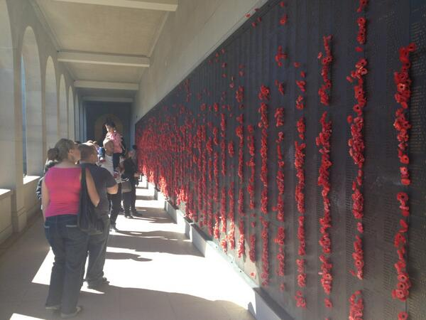 The Wall of Remembrance at the AWM lined with poppies #abcanzac pic.twitter.com/zpPOhCGgMh