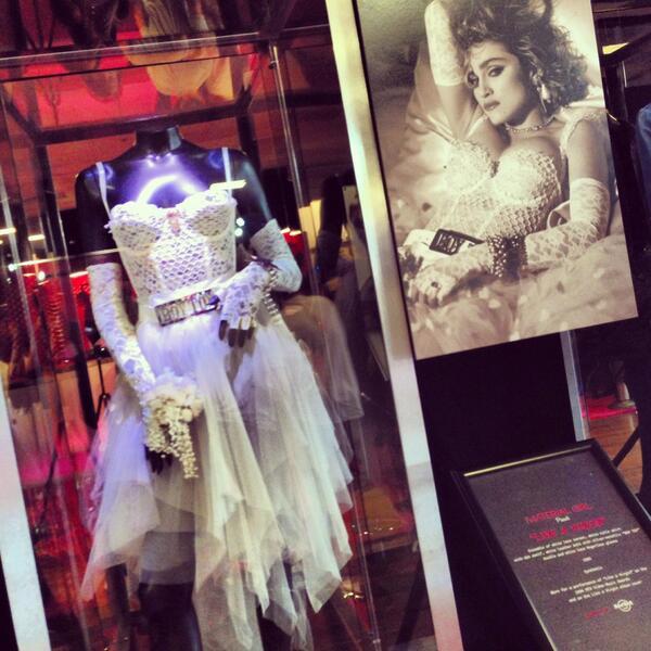 Primeira foto da exposição com figurinos da Madonna exibe vestido de Like a Virgin