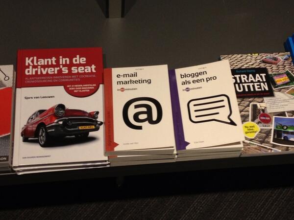 """@Elja1op1 Wat leuk, hé! Jouw boek """"Bloggen als een pro"""" op de plank bij de grootste boekwinkel van Rotterdam. pic.twitter.com/A59qK0zj9z"""