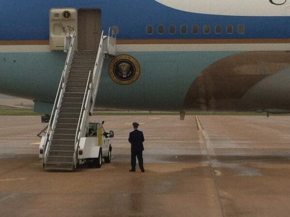 Airman waiting for POTUS. #lonelyjobs pic.twitter.com/arTkzF8mMM