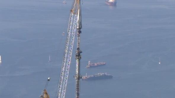 Workers mount final piece of spire on top of One World Trade Center. Watch live: cbsn.ws/UIRf7J pic.twitter.com/EiDod5jxMP