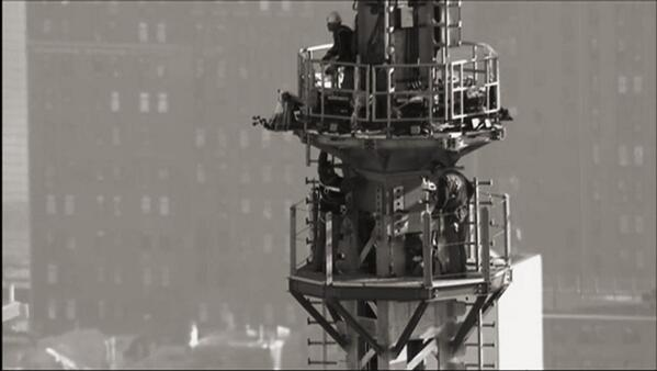 One World Trade Center spire is now in place. It's 1,776 feet, commemorating year of American Independence. #NYC pic.twitter.com/XuKKXc2Apw