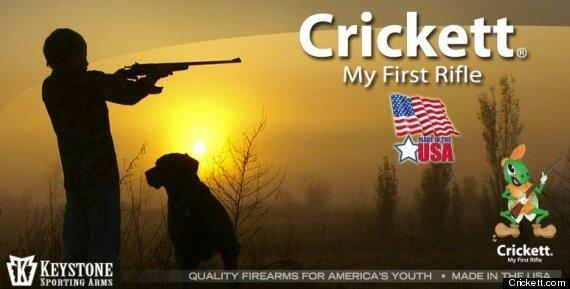 Affiche publicitaire pour les fusils pour enfants Crickett aux USA. Fusils à balles réelles. #Consternant http://pic.twitter.com/zXoBryw9t6