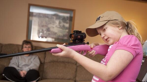 My first rifle, il mio primo fucile, questo lo slogan della Crickett, specializzata in armi per bambini, #armi http://pic.twitter.com/cRLmdKjtvP