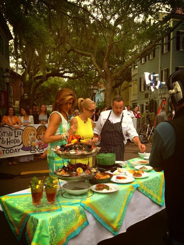 Recognize College Way? @ExploreCHS: Kathie Lee and Hoda with Frank of Hank's seafood! pic.twitter.com/72on0MYTNs
