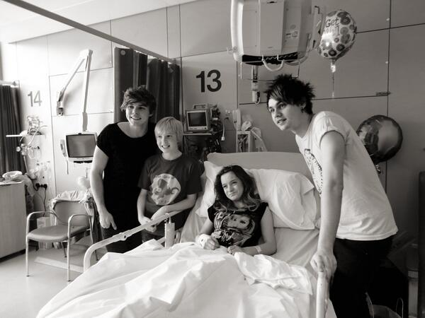 5secsofsummer Mikey And Ash Went To Visit An Amazing Fan At The Hospital Today Her Name Is Paige X Pic Twitter Com 4ntywlfk1r Aaaaawwww