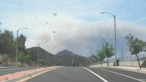 A view of the #springsfire from Calabasas/Agoura. pic.twitter.com/yt4B20pFyU