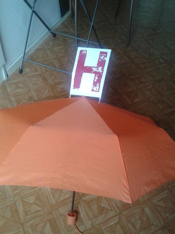 Wie cool! RT @herbergsmuetter: Wenn Sie morgen diesen Schirm sehen,  folgen Sie bitte auffällig.  #imt13 #kmufe pic.twitter.com/B9g6C8SwYs