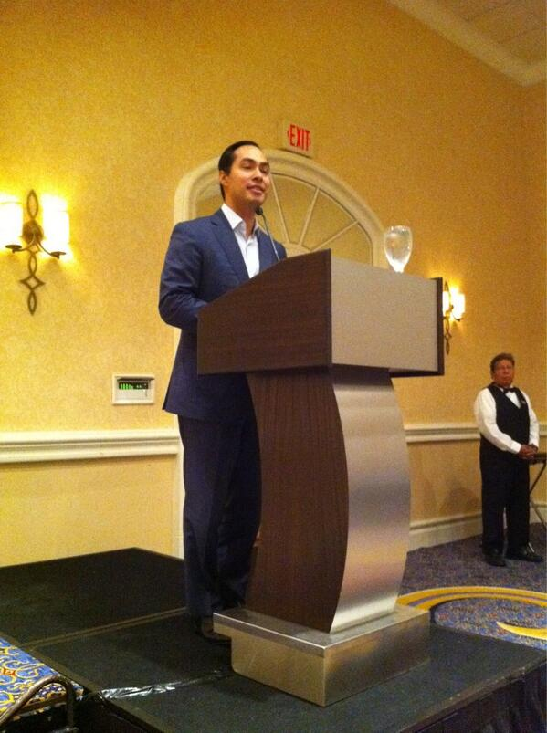 Mayor @juliancastro says he & his bro once aspired to be journalists. He's opening our #spj8 luncheon. pic.twitter.com/VtSILyp9Y5