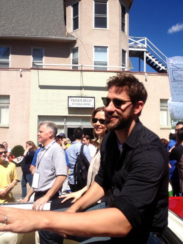 The Office's @johnkrasinski and @_jennafisher greet fans in downtown Scranton #theofficewrapparty pic.twitter.com/K3UxLjJOMM