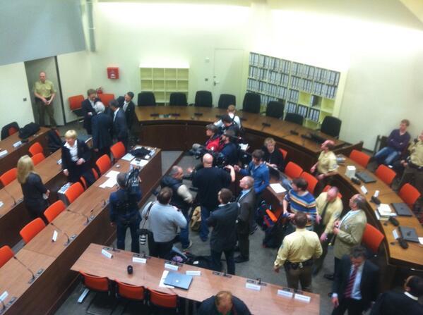 Blick in den Sitzungssaal 101 des Oberlandesgerichts München kurz vor Beginn des NSU-Prozesses. pic.twitter.com/dZO5Y1UJh3