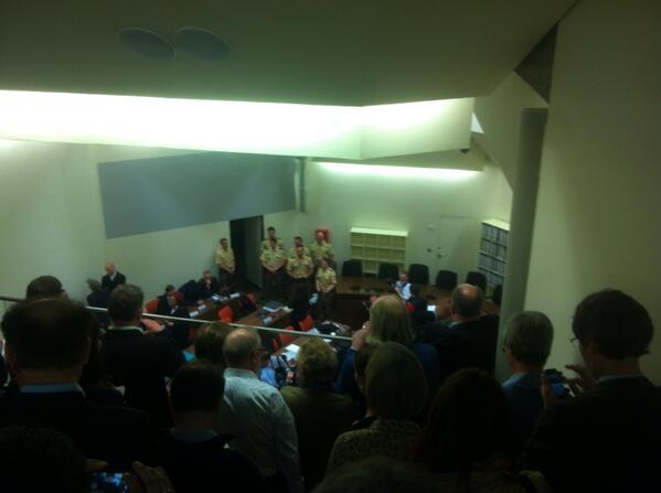 Beate Zschäpe und die vier weiteren Angeklagten im #NSU-Prozess sind im Sitzungssaal. pic.twitter.com/3AB30Dt8Uy