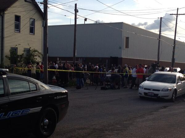 Crowds are gathering await news on a possible break in Gina Dejesus and Amanda Berry disapearances. pic.twitter.com/2cCLNDEyfP