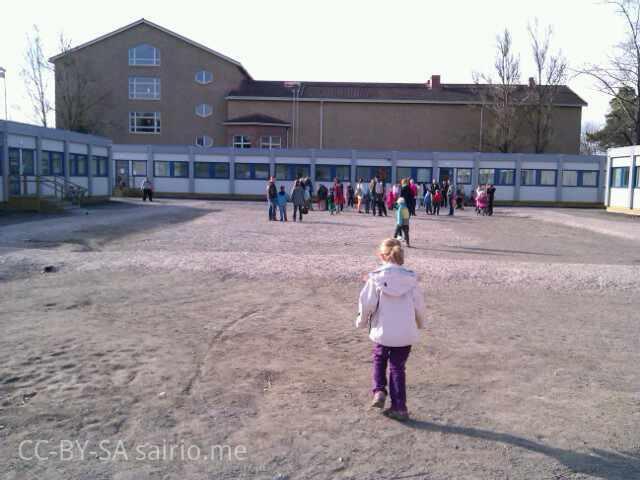 Eskarit-tutustumassa-Tuomelan-kouluun