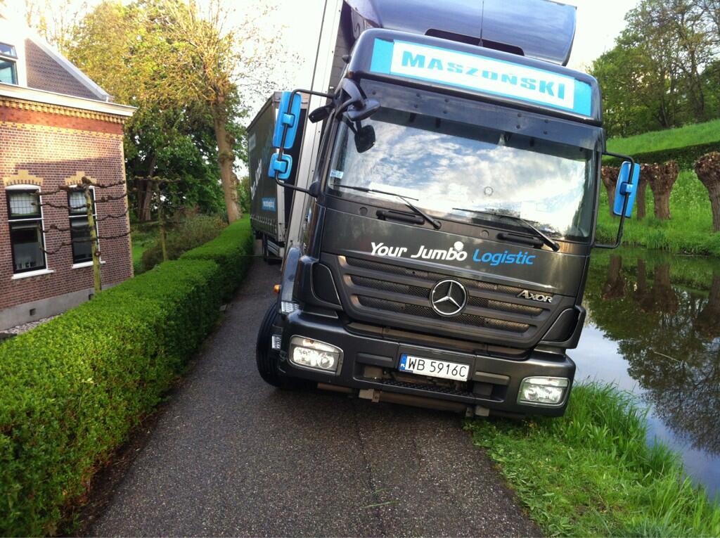 Pool rijdt vrachtwagencombinatie vast op fietspad