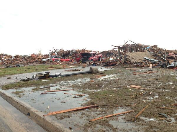 Wrecked neighborhood in Moore OK pic.twitter.com/irsGzdkpee