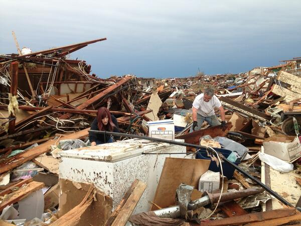 Many families have been searching for belongings in the wreckage today in Moore OK pic.twitter.com/roQDwLK4W6
