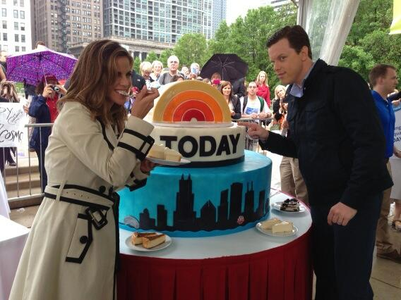 .@WillieGeist and @nmoralesnbc chow down #todayinchicago pic.twitter.com/G1w8PbPc5j