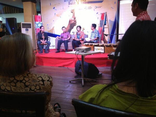 Sekarang sesi presscon. Di stage sudah ada Pak @hermansbudi @w_yanna @dandanhamdani dan juara 1 #BatikTBiG Sukriyadi