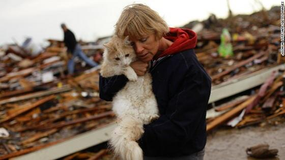 Emotional Reunion: June S. found her beloved cat from the rubble of her home after OK tornado: po.st/2AEGYQ pic.twitter.com/nMOXgeQD5k