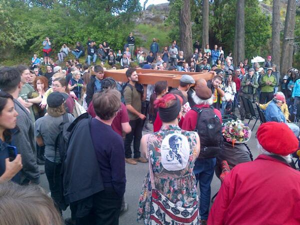 #PKOLS #idlenomore #yyj  reclaiming the name. Amazing crowd and energy! pic.twitter.com/ieS9M58iDR