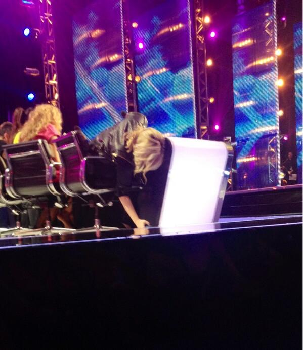 Demi tried to secretly text the whole show...