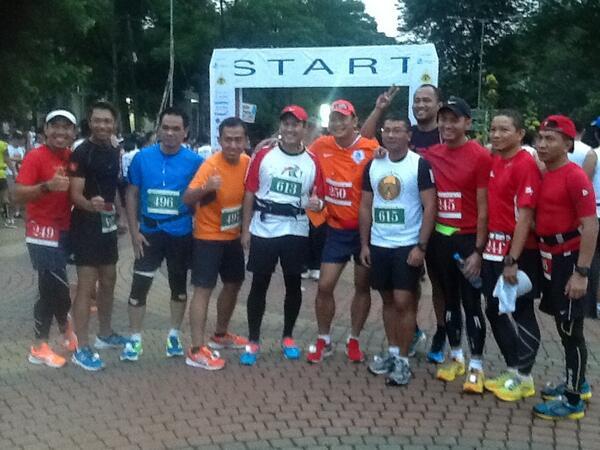 Para pelari dari @berlariberbagi sudah siap digaris start ;) pic.twitter.com/uI9BQZzsSQ