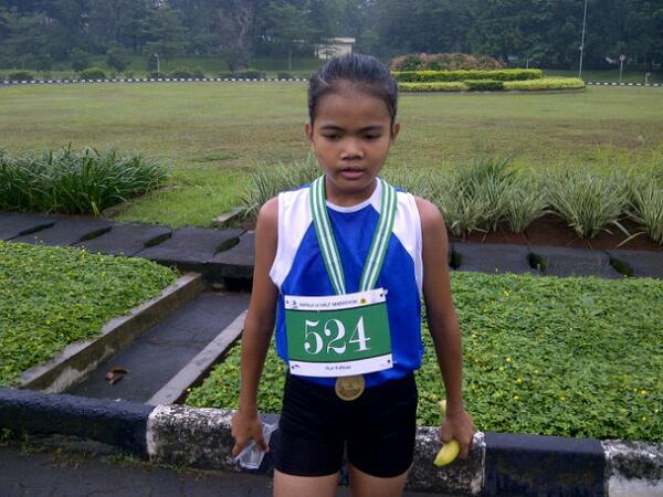 Pelari wanita pertama yg menyentuh garis finis masuk pada posisi 40 besar dgn catatan waktu 1 jam kurang @runforiver pic.twitter.com/XSif9pkEZY