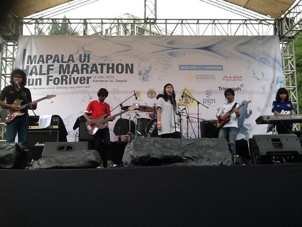 Di Closing Act Mapala UI Half Marathon ada penampilan menghibur Karolina Band @HeiKarolina Thanks guys, u ROCK (Y) pic.twitter.com/6E6njfo2Ow