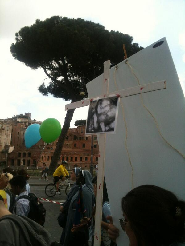 Sfilano foto di feti abortiti sotto gli sguardi esterefatti dei turisti. #marciaperlavita #freakshow pic.twitter.com/B4V8i8Kv4Z