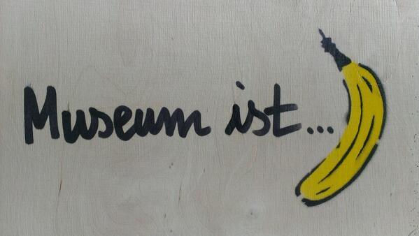 """Perfekt für den Marathon zum #kmufe """"@axelkopp: Internationaler Museumstag ist Banane #IMT13 #Baumgärtel pic.twitter.com/YdQvEs2udQ"""