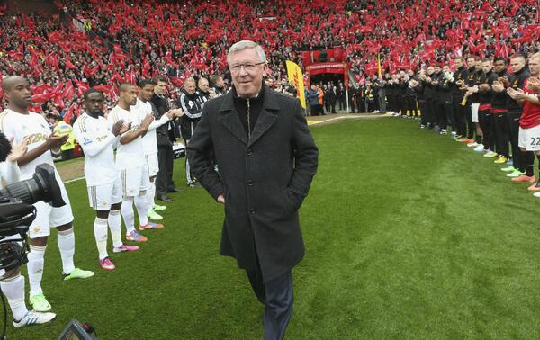 Scenes! Sir Alex Fergusons Guard of Honour pre Manchester United v Swansea