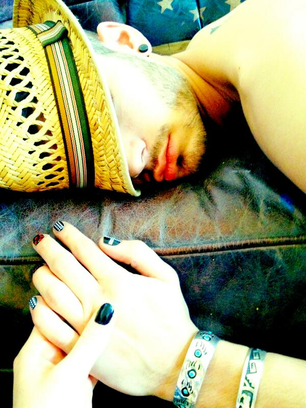The perks of your boyfriend not waking up through anything. Pretty LM nails Zayn (; Perrie <3 http://t.co/qidMci8nsl