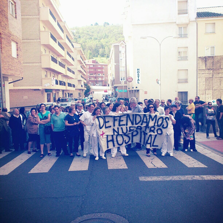 manifestantes a las puertas del Virgen del Castañar