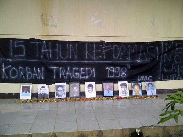 15 tahun Reformasi , Tragedi Mei 1998 #MenolakLupa pic.twitter.com/2Rds1wvZMV