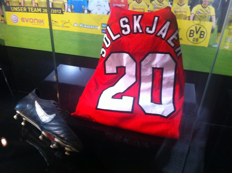 Picture: Borussia Dortmund mock Bayern putting Solskjaers Man United jersey in their museum