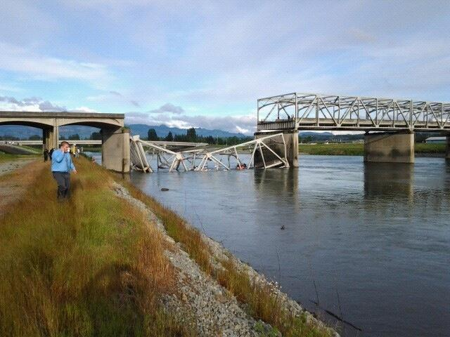 Photo: People, cars in water after I-5 bridge over Skagit River in Washington collapses - via @AnnaKXLY4